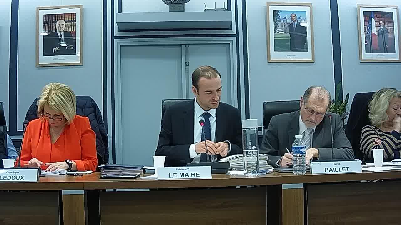 Vœu du Conseil municipal tendant à rendre hommage aux anciens maires de Palaiseau par la dénomination d'un lieu public (bâtiment, salle, rue, etc…) et suspension de séance