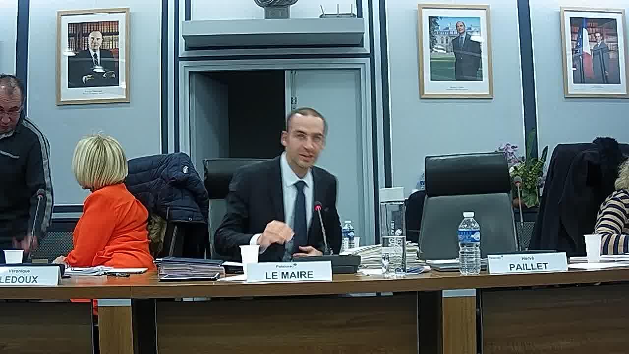 Vœu du Conseil municipal tendant à rendre hommage aux anciens maires de Palaiseau par la dénomination d'un lieu public - suite / Questions Orales